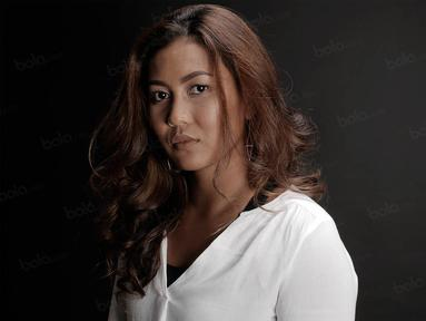 Perenang Indonesia, Raina Saumi Grahana, melakukan sesi foto bersama Bola.com pada Senin (31/10/2016). (Bola.com/Peksi Cahyo)