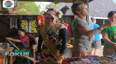 Perngunjung bisa melihat keunikan budaya Suku Dayak dari dekat di desa budaya Pampang.