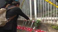 Pelajar, alumni, dan perwakilan guru SMK Baranangsiang Bogor, melakukan tabur bunga di lokasi pembunuhan. (Liputan6.com/ Achmad Sudarno)