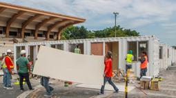 Para pekerja dari Departemen Pekerjaan Umum dan Jalan Raya Filipina menyiapkan kontainer yang akan diubah menjadi fasilitas medis sementara di Manila, Filipina, (29/4/2020). (Xinhua/Rouelle Umali)