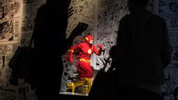 Dua orang berdiri dekat karakter pahlawan superhero DC yang dibuat dari Lego pada pameran Art of the Brick di La Vilette, Paris, Kamis (26/4). Tokoh superhero yang dibuat dengan Lego ini hasil karya seniman AS, Nathan Sawaya (AFP/Lionel BONAVENTURE)