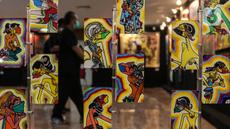 Pengunjung mengamati pameran seni rupa yang bertajuk 'Creative Freedom to Heal The Nation' di Perpustakaan Nasional, Jakarta, Kamis (15/10/2020). Pameran tersebut menceritakan refleksi kehidupan sehari-hari para seniman selama masa Pandemi COVID-19. (Liputan6.com/Johan Tallo)