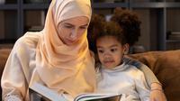 Ilustrasi ibu dan anak membaca buku. (dok Gabby K/pexels.com)