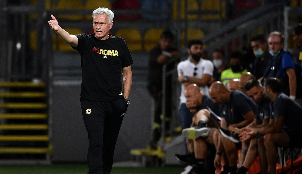 Sejak kedatangannya, Jose Mourinho disambut antusiasme besar oleh AS Roma. Giallorossi (julukan tim sepak bola AS Roma) memiliki harapan besar kepada pelatih berkewarganegaraan Portugal tersebut untuk dapat membawa mereka naik kelas. (Foto: AFP/Filippo Monteforte)