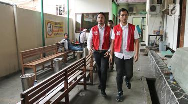 Musikus Marcello Tahitoe atau Ello bersama rekannya Diego berjalan usai menjalani sidang putusan di Pengadilan Negeri Jakarta Selatan, Selasa (16/1). Majelis hakim memvonis Ello dan Diego selama 9 bulan rehabilitasi. (Liputan6.com/Herman Zakharia)