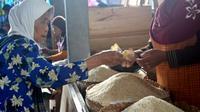Seorang nenek membeli beras di Pasar Tradisional di Cilacap, Jawa Tengah. (Foto: Liputan6.com/Muhamad Ridlo)
