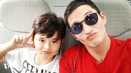 Aktor 37 tahun ini juga kerap membawa anaknya berlibur dan menghabiskan watu bersama. Kenzou sekarang juga sudah berusia 8 tahun dan makin tampan seperti daddy-nya. Mike juga sering membagikan momen kebersamaannya bersama jagoannya di akun media sosialnya.(Liputan6.com/IG/mike_lewis)
