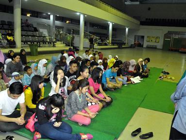 Sebelum adzan beduk berkumandang, seorang ustadz tengah memberikan kultum kepada pemain Diam Diam Suka dan anak yatim di kawasan Bekasi, Jawa barat, (12/7/14) (Liputan6.com/ Panji Diksana)