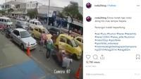 Dalam video yang dibagikan akun Instagram @roda2blog, terlihat sebuah motor yang tengah melaju harus terjatuh karena penumpang taksi yang tiba-tiba membuka pintu mobil.