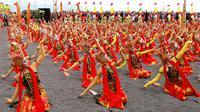 Festival Gandrung Sewu kembali digelar di bibir Pantai Boom, Banyuwangi, Jawa Timur, Minggu (8/10/2017), menyajikan penampilan kolosal 1.286 penari. (Liputan6.com/Dian Kurniawan)