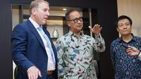 Menteri Perindustrian Agus Gumiwang Kartasasmita (tengah) berbincang dengan CEO Dunlop Aircraft Tyres Gordon Roper (kiri) serta CEO PT Rubberman Indonesia Harianto (kanan) di Jakarta. Dok: Humas Kemenperin