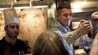 Lukas Podolski membuka restoran kebab di kampung halamannya di Jerman. (Henning Kaiser/dpa via AP)