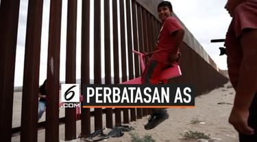Aktivis antiperbatasan memasang beberapa jungkat-jungkit di pagar perbatasan AS dan Meksiko. Suasana menyenangkan terasa ketika warga dua negara memainkannya.