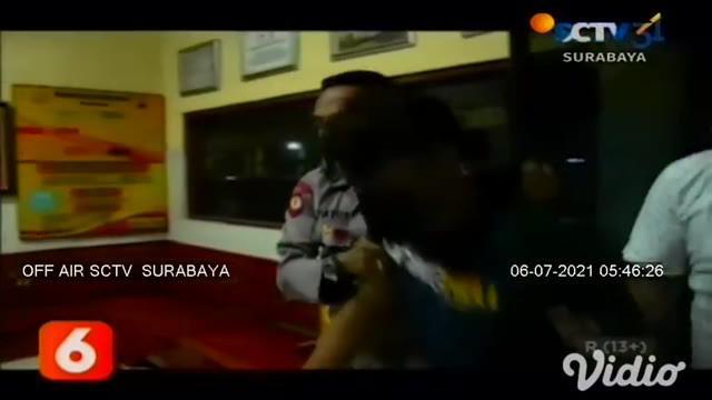 Seorang wanita baru saja menjadi korban penjambretan di kawasan Jalan Gumelar, Kecamatan Balung, Jember, Jawa Timur. Korban mengalami luka-luka, karena ditendang oleh pelaku diatas motor.
