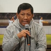 Komisaris PT PBB Kuswara S. Taryono mengumumkan daftar pemain baru dan yang dileas Persib. (Huyogo Simbolon)
