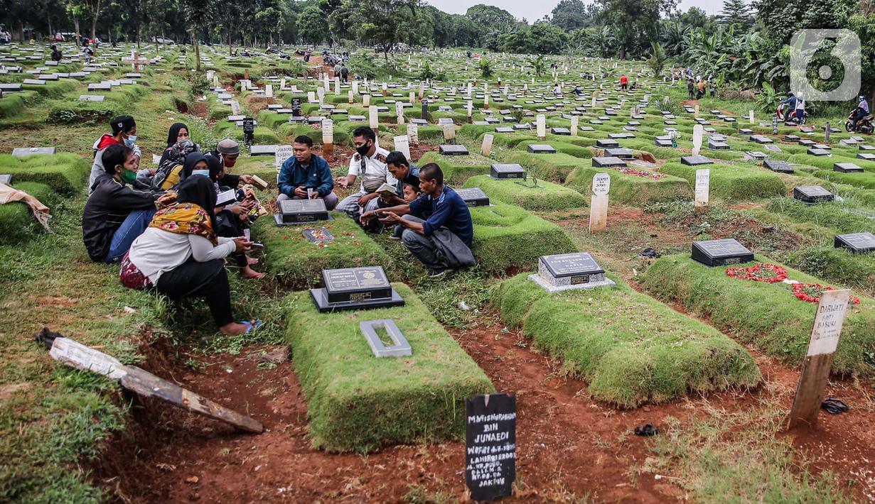 Sejumlah orang saat berziarah ke makam di Tempat Pemakaman Umum (TPU) Pondok Ranggon, Jakarta, Minggu (04/04/21). Menjelang bulan Ramadan umat muslim melakukan ziarah kubur untuk mendoakan keluarga dan kerabatnya yang telah wafat. (Liputan6.com/Faizal Fanani)