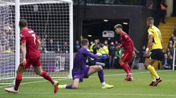 Liverpool unggul dua gol pada menit ke-37. Roberto Firmino berhasi memanfaatkan umpan tarik yag dilepaskan James Milner di depan gawang Watford. (PA via AP/Tess Derry)