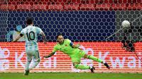Bintang Barcelona itu sukses menjadi bagian penting dalam kemenangan Argentina sekaligus membawa Tim Tango ke final Copa America. Salah satunya adalah mencetak gol pembuka di babak tos-tosan. (Foto:AFP/Nelson Almeida)