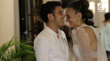 Meski baru menikah dan belum berbulan madu, Nadine Chandrawinata terpaksa meninggalkan sang suami, Dimas Anggara. Apa ya alasannya?