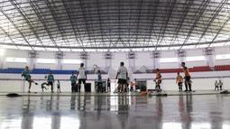 Para pemain Persita Tangerang saat latihan di Lapangan Indoor Sport Center, Tangerang, Jumat (24/1). Latihan ini merupakan persiapan jelang Liga 1 Indonesia 2020. (Bola.com/Vitalis Yogi Trisna)
