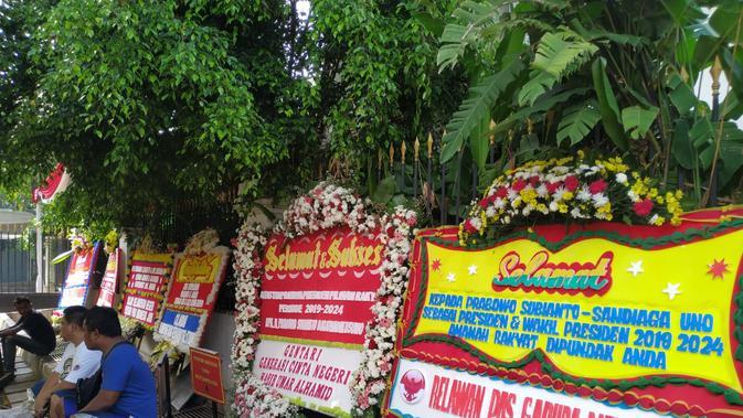 Karangan bunga berjejer di depan rumah Prabowo Subianto. (Merdeka.com/Yunita Amalia)