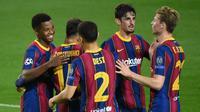 Pemain Barcelona merayakan gol yang dicetak Ansu Fati ke gawang Ferencvaros pada matchday 1 Grup G Liga Champions 2020/2021 di Camp Nou, Rabu (21/10/2020) dini hari WIB. Barcelona menang 5-1 atas Ferencvaros. (AFP/Lluis Gene)