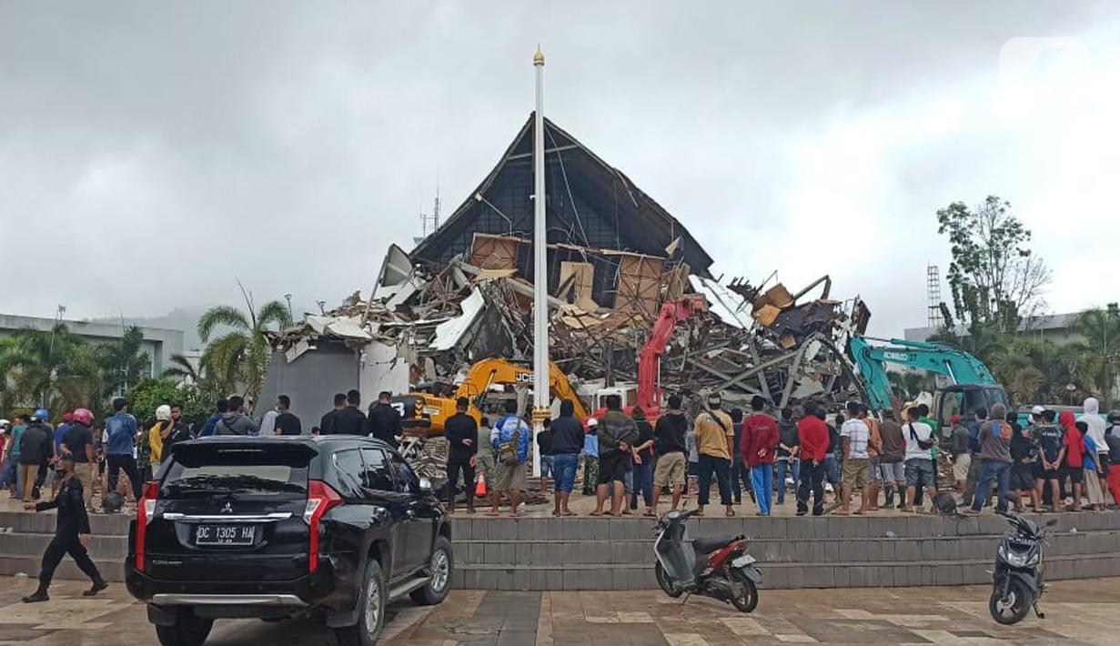 Suasana Kantor Gubernur Sulawesi Barat pasca Gempa Bumi dengan Magnitudo 6,2 mengguncang Majene pada Jumat 15 Januari 2021 pada pukul 02.24 Wita. (Liputan6.com/Abdul Rajab Umar)