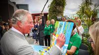 Pangeran Charles memberi sentuhan akhir pada lukisan anak-anak di Brisbane, Australia, Rabu (4/4). Kegiatan itu dilakukan dalam kunjungannya ke Rumah Sakit Anak Lady Cilento. (Patrick HAMILTON/POOL/AFP)
