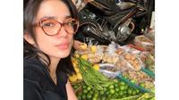 Habiskan Rp 13 Juta, Ini 6 Gaya Ussy Sulistiawaty saat Belanja di Pasar (sumber: Instagram.com/ussypratama)