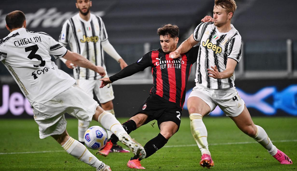 Brahim Diaz - Pemain bernomor punggung 10 itu kini menjadi pemain kunci Rossonerri setelah kepergian Hakan Calhanoglu ke Inter Milan. Sejauh ini Diaz telah mengoleksi 4 gol serta 2 assist dan sukses membawa AC Milan belum terkalahkan di ajang Serie A.  (AFP/Marco Bertorello)
