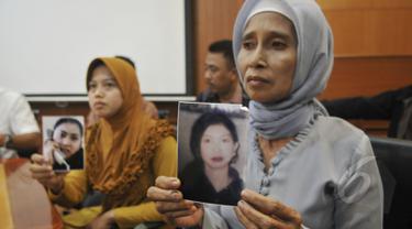 Keluarga dari Cicih, seorang TKI yang bekerja di Uni Emirat Arab saat mengadu ke Kantor BNP2TKI, Jakarta (6/5/2015). Cicih terancam hukuman mati karena diduga telah membunuh anak majikannya. (Liputan6.com/Johan Tallo)