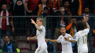 Pemain Real Madrid Toni Kroos (kiri) merayakan dengan rekan setimnya setelah mencetak gol ke gawang Galatasaray pada laga Liga Champions di Istanbul, Turki, Selasa (22/10/2019). Real Madrid mengalahkan Galatasaray lewat gol tunggal Toni Kroos. (AP Photo)