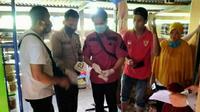 Anggota Polres Mamuju Tengah saat melakukan identifikasi di TKP Pembunuhan (Liputan6.com/Abdul Rajab Umar)