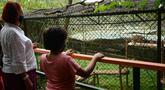 Warga mengunjungi Pusat Pendidikan Konservasi Margasatwa Uganda (Uganda Wildlife Conservation Education Center/UWEC) di Entebbe, 9 Agustus 2020. Uganda pada Sabtu (8/8) membuka kembali UWEC untuk wisatawan saat negara di Afrika Timur itu melonggarkan kebijakan lockdown. (Xinhua/Nicholas Kajoba)