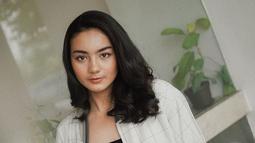 Gaya kasual seakan sudah menjadi andalan wanita kelahiran 2000 ini. Saat hangout ia memilih tampil simpel. Ersya Aurelia mengenakan jaket motif kotak yang dipadukan dengan tanktop hitam dan hot pants. (Liputan6.com/IG/@ersyaurel)