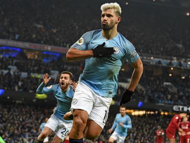 Striker Manchester City, Sergio Aguero, merayakan gol yang dicetaknya ke gawang Liverpool pada laga Premier League di Stadion Etihad, Manchester, Kamis (4/1). City menang 2-1 atas Liverpool. (AFP/Paul Ellis)