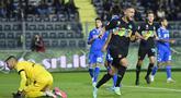 Pemain Inter Milan Danilo D'Ambrosio melaukan selebrasi usai mencetak gol ke gawang Empoli pada pertandingan Serie A Liga Italia di Stadion Carlo-Castellani, Empoli, Italia, 27 Oktober 2021. (Alberto PIZZOLI/AFP)