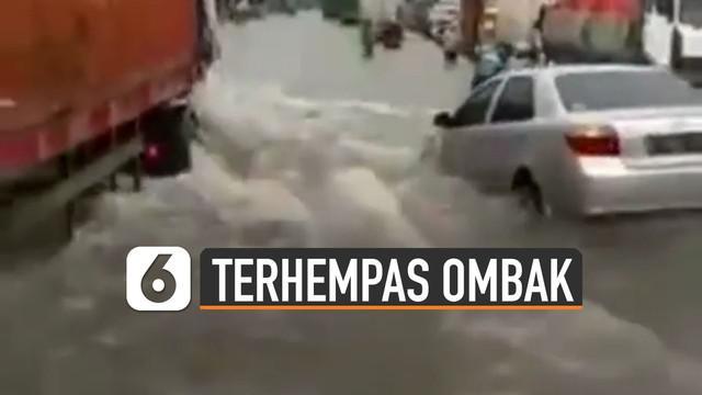 Ada-ada saja aksi pengemudi truk yang satu ini ketika jalanan banjir justru menyalip mobil di sampingnya membuat mobil terhempas ombak.