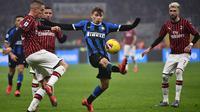Gelandang Inter Milan, Nicolo Barella berebut bola dengan bek AC Milan, Davide Calabria pada laga pekan ke-23 Serie A di Giuseppe Meazza, Minggu (9/2/2020). Sempat tertinggal, Inter Milan sukses mengemas kemenangan 4-2 dari rival sekota AC Milan. (MARCO BERTORELLO / AFP)