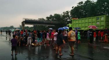 Diguyur Hujan Lebat, Pendemo Jalan Tol Jagorawi Bubar