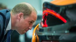 Pangeran William melihat mobil McLaren 720S yang sedang dirakit di McLaren Automotive Production Center di Woking (12/9). McLaren 720S ini masuk jajaran mobil terbaik yang pernah diciptakan McLaren. (AFP Photo/Pool/Chris J Ratcliffe)