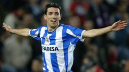 Roy Makaay. Striker kelahiran 9 Maret 1975 ini menjadi top skor di Liga Spanyol saat memperkuat Deportivo La Coruna pada musim 2002/2003 dengan torehan 29 gol. Bahkan dengan tambahan gol di ajang lain, ia mampu merebut penghargaan Sepatu Emas Eropa di musim yang sama. (AFP/Lluis Gene)