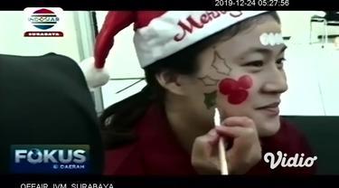 "Mahasiswa Universitas Surabaya (Ubaya) membuat kreasi face painting, dengan mengangkat tema ""Spreading Christmas Joy"", untuk menyambut perayaan Natal."
