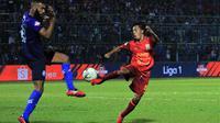 M. Sihran Amrullah (kanan) jadi pemain Borneo FC yang mencuri perhatian saat laga melawan Arema di Stadion Kanjuruhan, Kabupaten Malang (13/9/2019). (Bola.com/Iwan Setiawan)