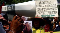 Warga Pulau Pari berorasi saat unjuk rasa di depan Pengadilan Negeri Jakarta Utara, Selasa (8/5). Mereka juga menuntut dibebaskannya warga yang di tangkap terkait sertifikat Mal-Administrasi di Pulau Pari. (Liputan6.com/Johan Tallo)