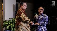 Ketum Partai Demokrat Susilo Bambang Yudhoyono (SBY) bersalaman dengan Ketum Partai Amanat Nasional (PAN) Zulkifli Hassan sebelum pertemuan tertutup di kediaman SBY di kawasan Mega Kuningan, Jakarta, Rabu (25/7). (Liputan6.com/Johan Tallo)