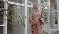Erlinda Yulana tampil manis dalam balutan gamis (foto: Instagram @joyagh)