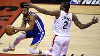 Kawhi Leonard menjaga Quinn Cook saat Raptors melawan Warriors di gim kelima NBA Finals 2019 (AP)
