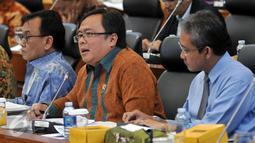 Menkeu Bambang Brodjonegoro menyimak pernyataan Badan Anggaran (Banggar) DPR ketika rapat kerja di Kompleks Parlemen, Senayan, Jakarta (17/2). Rapat tersebut membahas situasi perekonomian 2015 dan proyeksi perekonomian pada 2016. (Liputan6.com/JohanTallo)