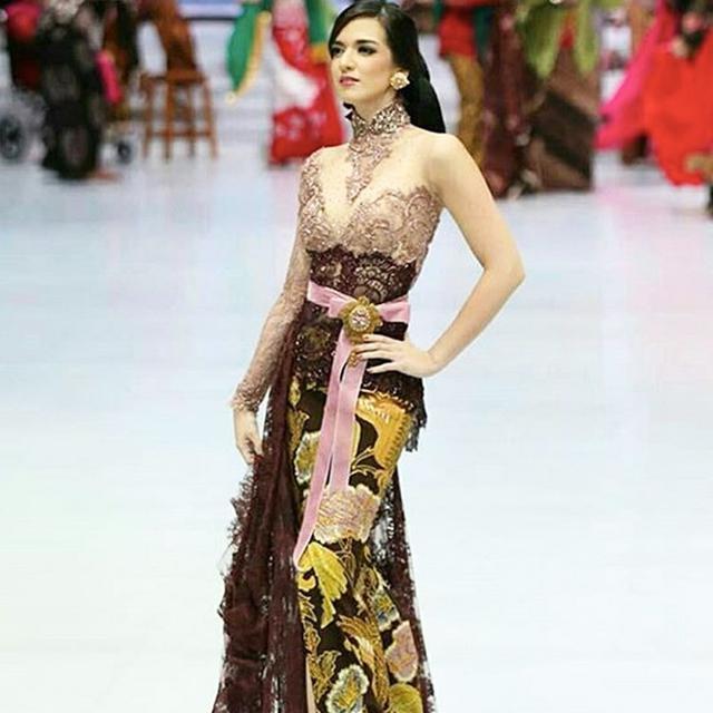 Nia Ramadhani Sophia Latjuba Krisdayanti Glamor Dan Anggun Dalam